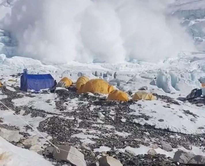 A Mount Everest avalanche in Camp 2 (viralpress)